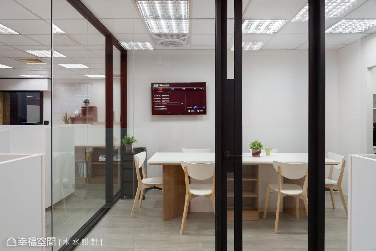 體恤員工的辛勞,規劃一間員工休息室,複合式的機能設計,還可作為會議室使用。