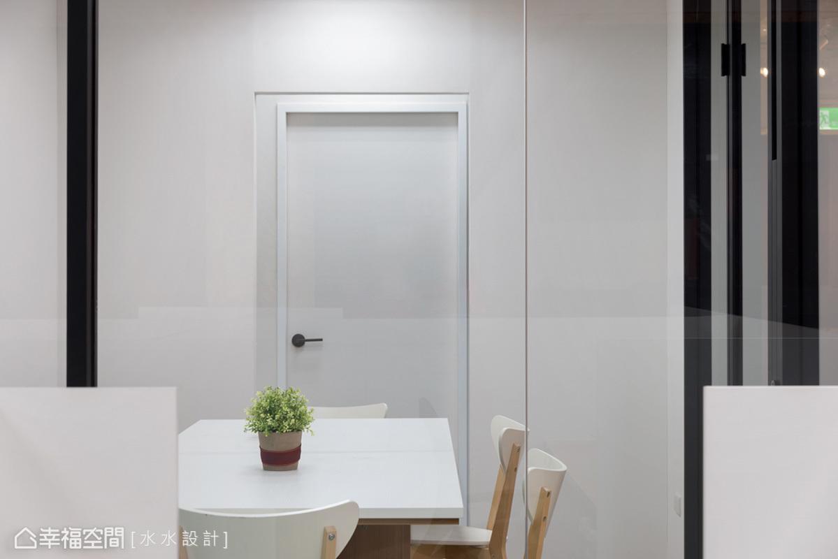 以純白色為基調帶來紓壓的氛圍,搭配木質原色的簡約風格家具,營造出舒適的北歐風。