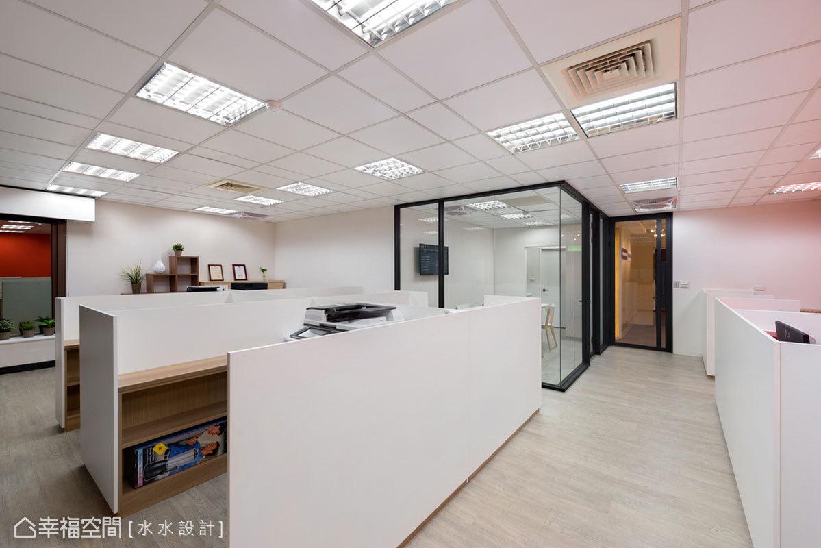 屏除一成不變的辦公室家具,選用以白色搭配木色的辦公桌椅,加入溫馨的生活溫度和表情。