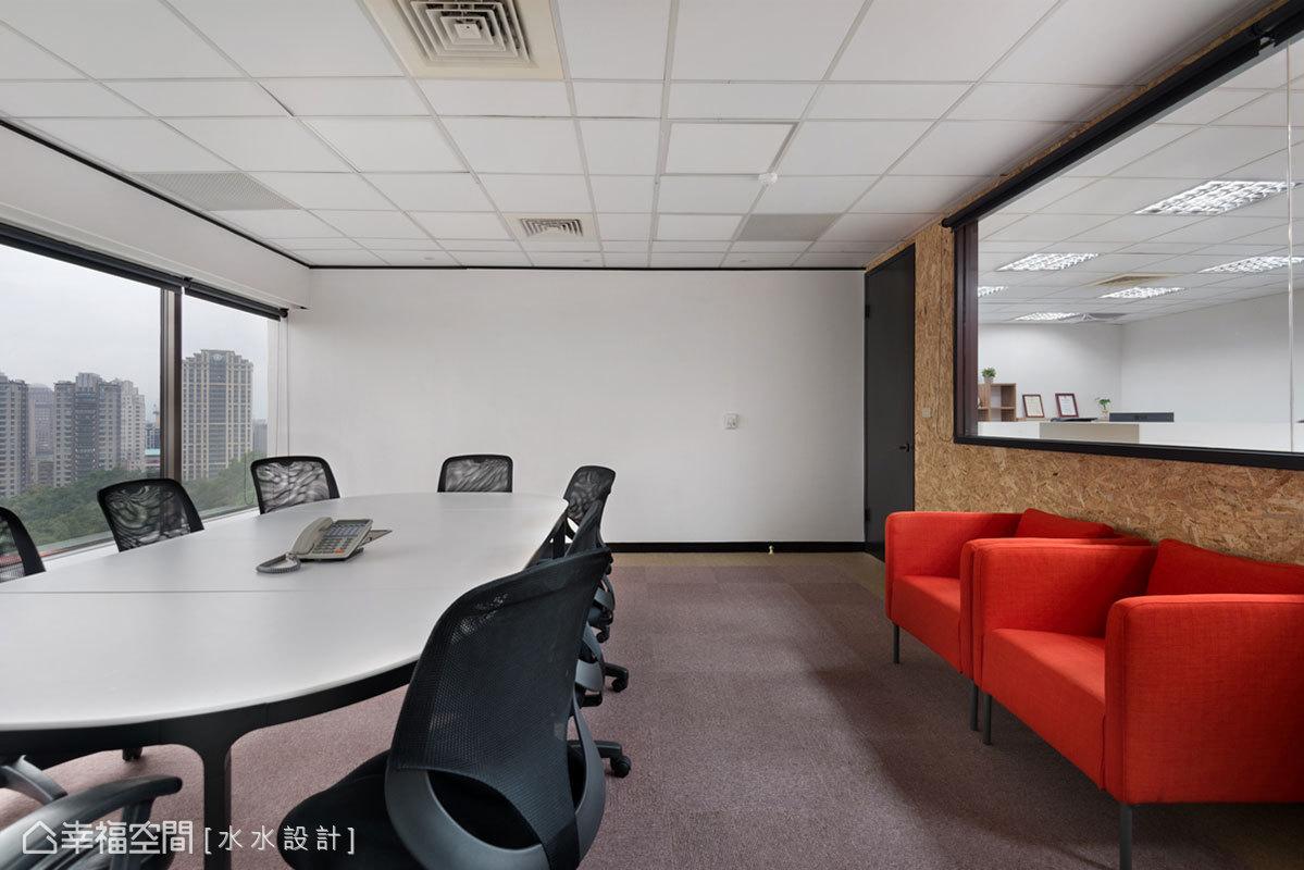 運用整面的烤漆玻璃取代白板,增加會議簡報或活動布置的方便性,輔以OSB板呈現自然的纖維感,帶來對比的視覺效果。