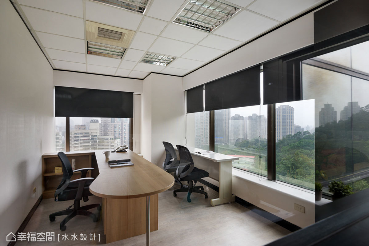 以木質辦公桌取代原先空間使用的OA家具,讓辦公環境不再只有冷冰冰的金屬色調。