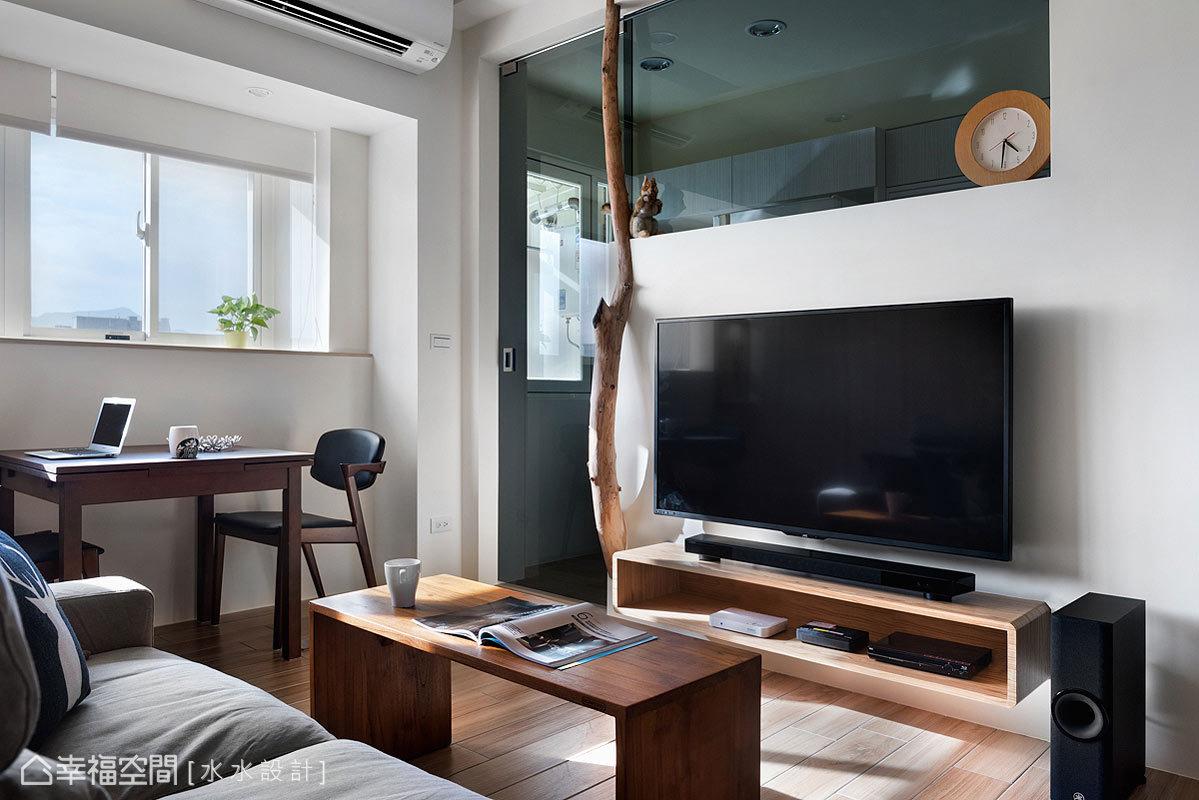 一掃25年老屋的陰暗與畸零配置,水水設計透過格局的調整,將廚房及客廳的位置對調,以符合視覺尺度與動線的規劃。