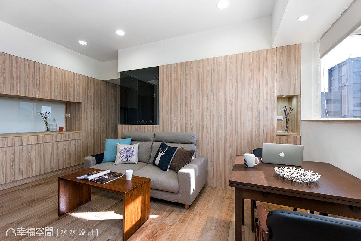 窗外的光線,輕輕灑落在方正完整的客廳中,映照在木質立面與家具之上,呈現溫暖與撲鼻的芬芳。