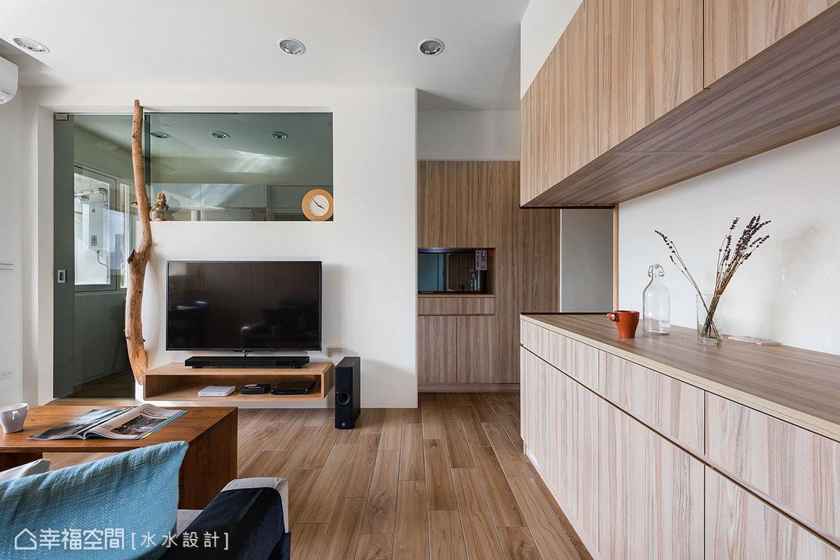 設計師賴子涵與謝子承將風格美感與機能性完美結合,而廊道上下櫃的設置,更提供收納與展示的功能。