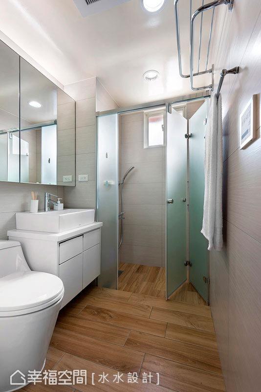 乾濕分離的淋浴空間中,依循屋主的喜好鋪上木紋磚地坪,延續公共空間的溫暖調性,在清理上也更加方便。