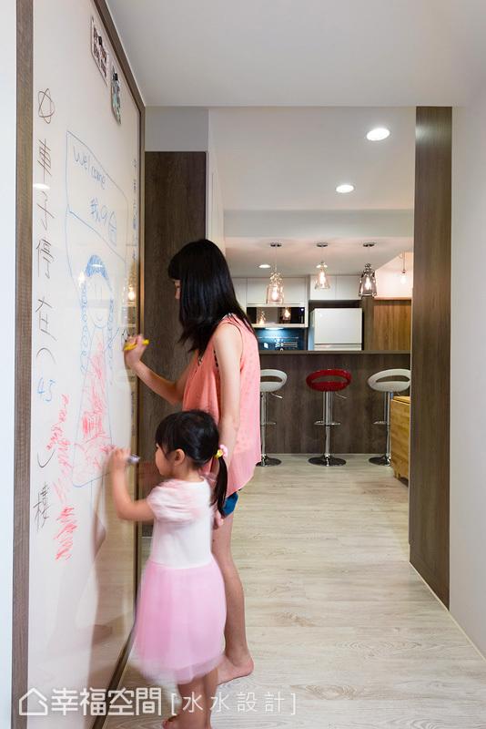 設計師謝子承庭於入門處設置彩繪牆面,讓愛女可以盡情發揮創意想像,另外,牆面也具有磁性的功能,能張貼家人照片與生活事項。