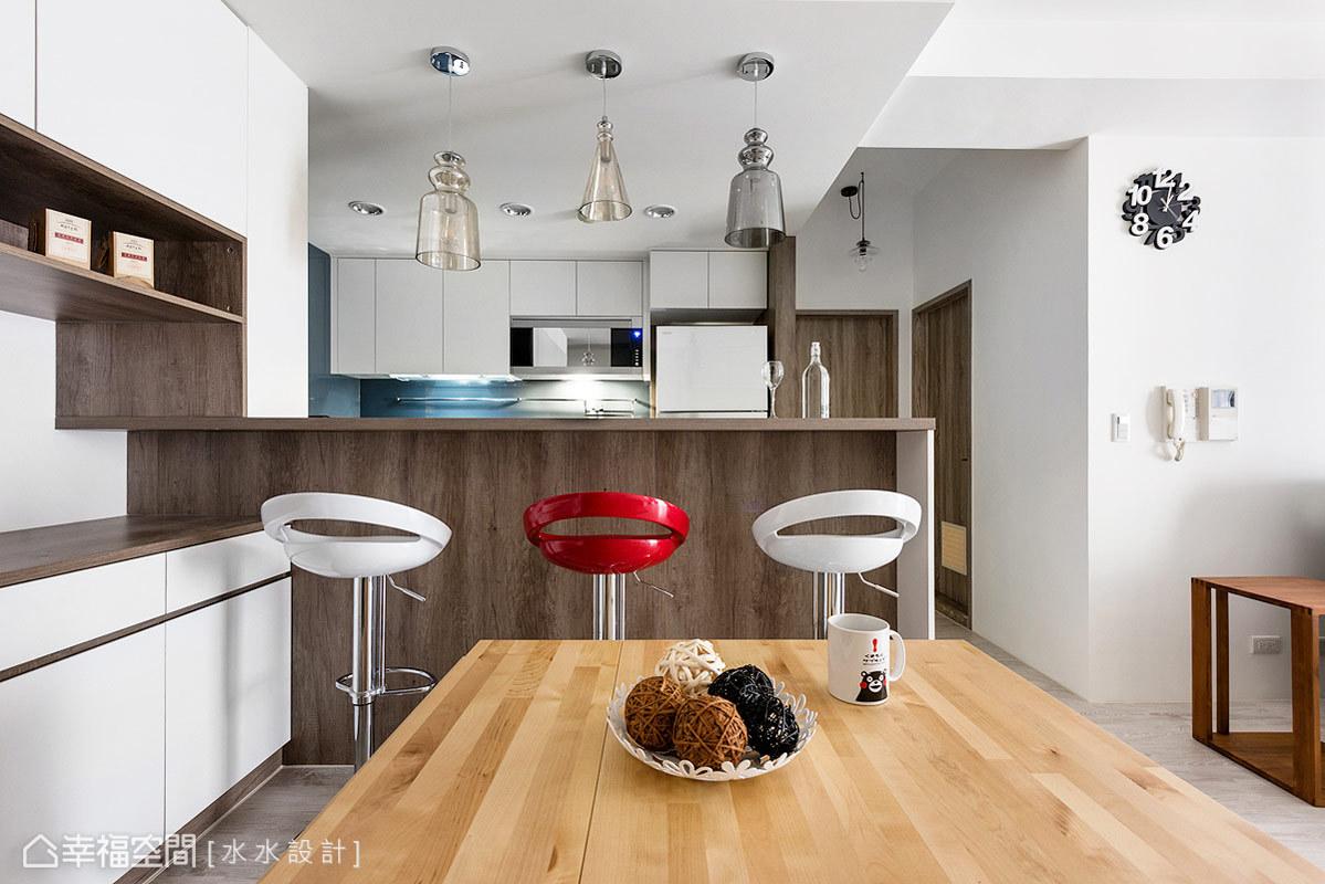 餐廚空間除了強調空間的開闊感,並設置收納量相當充足的餐櫃以及中島吧台,滿除屋主的生活機能所需。