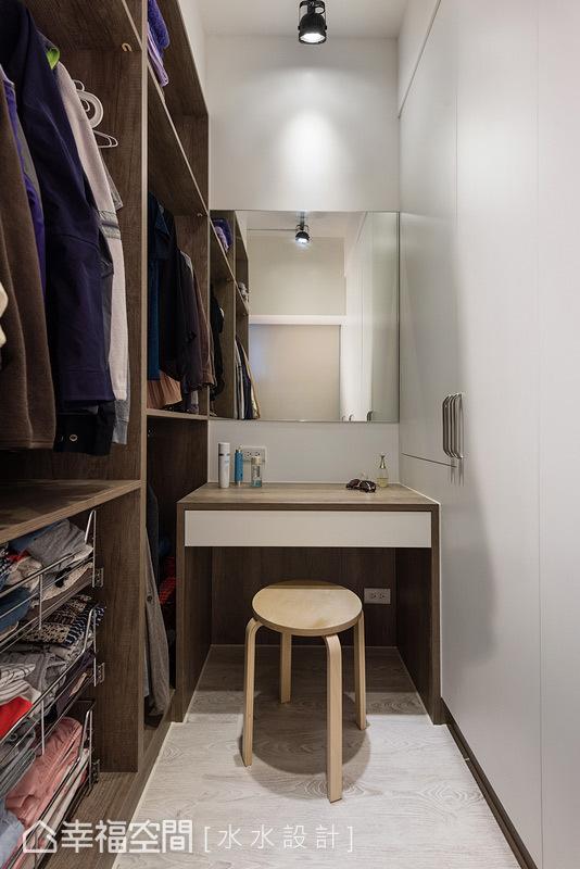 兩面、雙向使用的更衣空間,擁有櫃面式與開放的層板設計,可形隨機能地滿足小倆口的生活需求。
