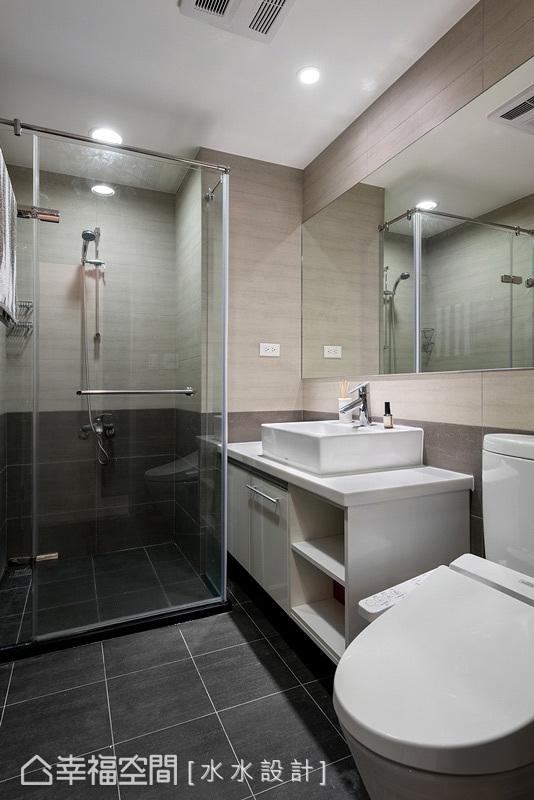 調整兩間衛浴的使用尺度,讓公用衛浴具有更充裕的盥洗空間。