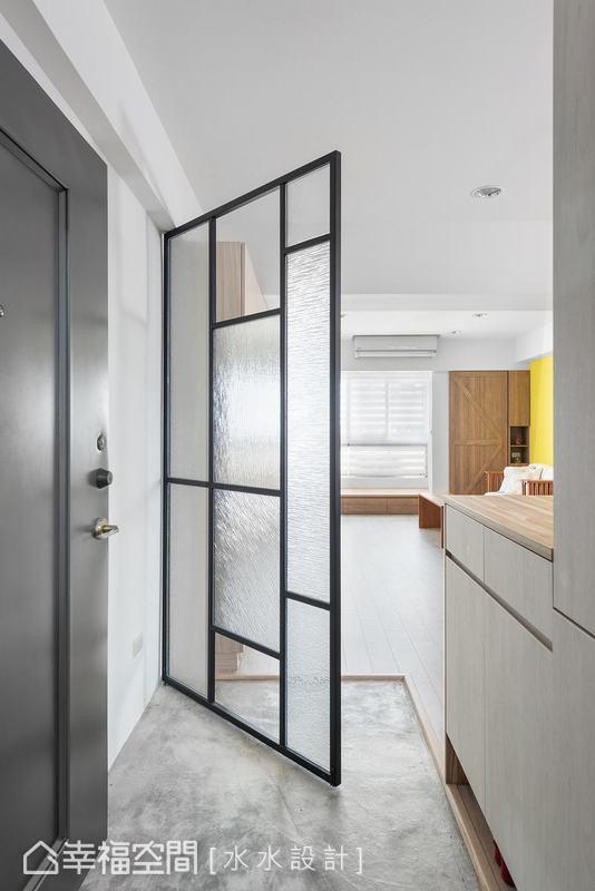 以鐵件玻璃屏風框塑玄關場域,解決入門對窗的風水問題,同時以活動式設計增加使用的彈性。