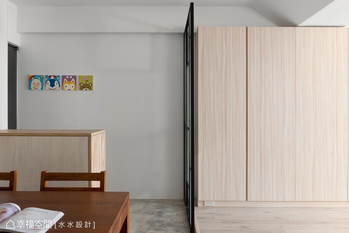 謝子承設計師巧思打造的活動式屏風,半透明設計讓採光在室內暢通無阻,不會限縮空間視覺,保持整體的寬敞透亮。