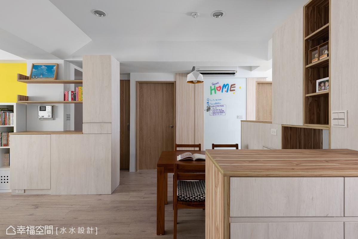 串聯廚房、餐廳與客廳,入門處以木質系統櫃擋住浴室與房門,作出公私領域的分野,同時提供客廳收納空間。