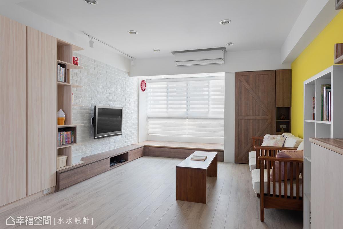 以大量系統收納櫃取代傳統東西堆滿地的樣貌,提供良好的育兒環境,讓屋主與幼小子女擁有寬敞的玩樂空間。