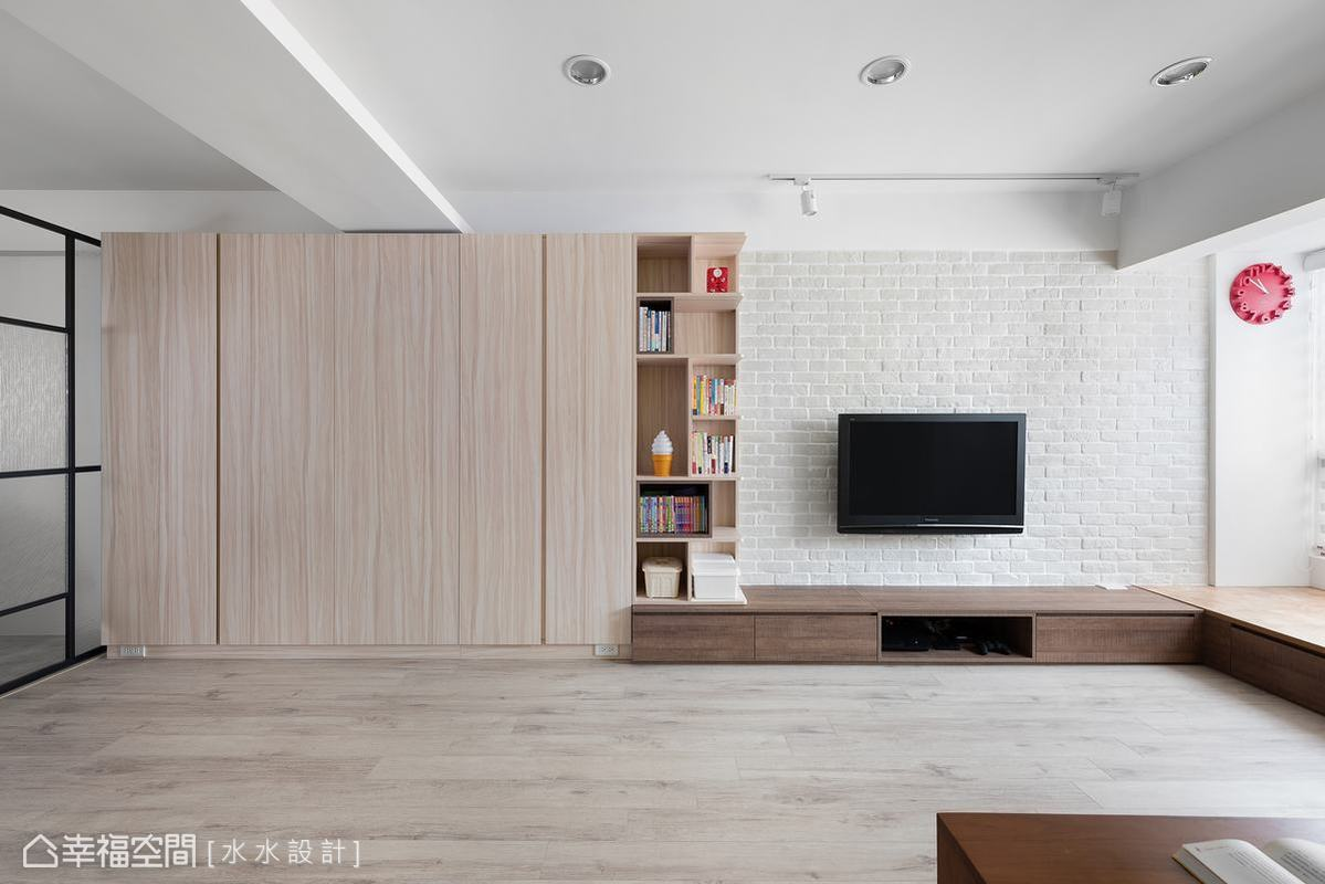 電視牆以白色文化石鋪陳清新的北歐風格,並以木質收納櫃作質感襯托,清爽知性,還兼具展示功能。
