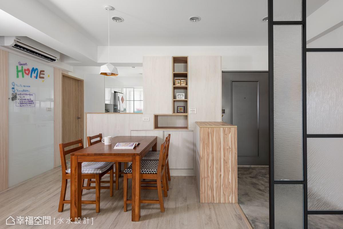 以木質櫥櫃打造半開放式餐廳與廚房,增加家人互動的空間,也讓前後採光能充盈無阻的打亮全室。