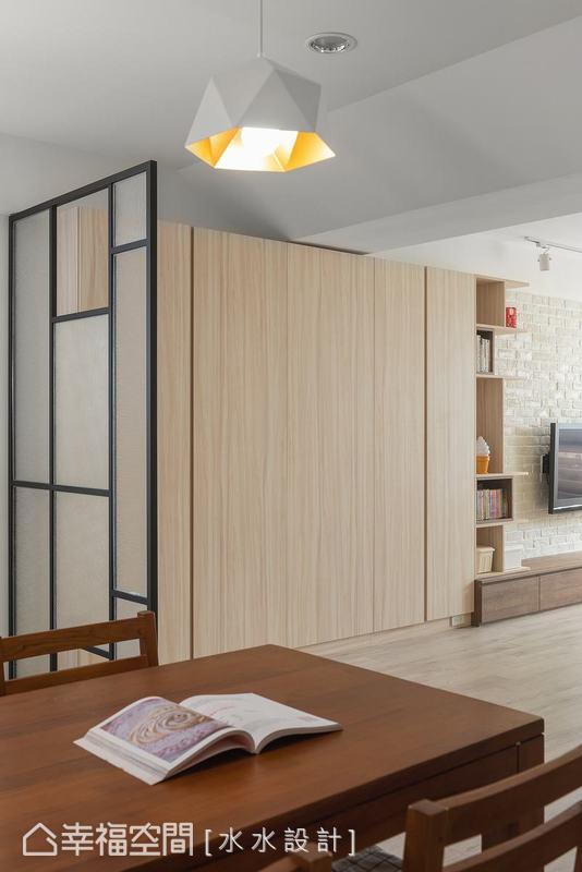 誠如客廳的活潑跳色設計,風格簡單一致的餐廳則有謝子承設計師特別挑選的造型幾何吊燈,突出一方新意。