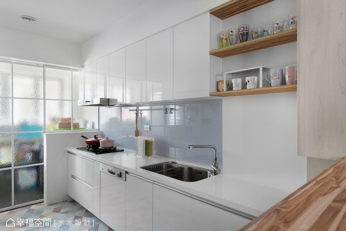 以半透明玻璃牆面設計隔開儲藏空間,保持廚房的敞亮,同時讓烹飪環境保持乾淨清爽的腹地。