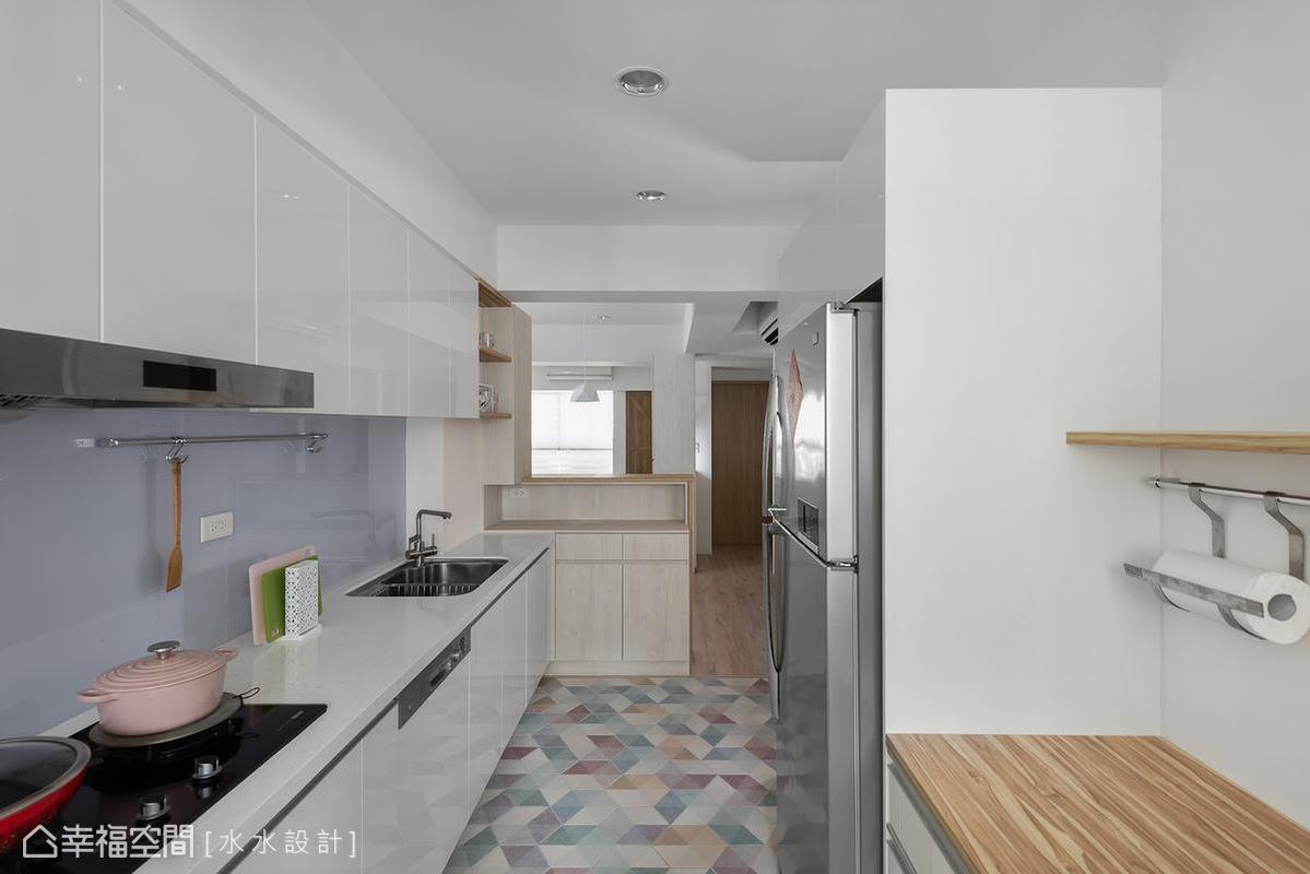 有別於餐廳的木質沈穩,廚房驚喜地選用彩色六角幾何地磚,顛覆傳統形象,成為全室另一方舒心悠活的角落。