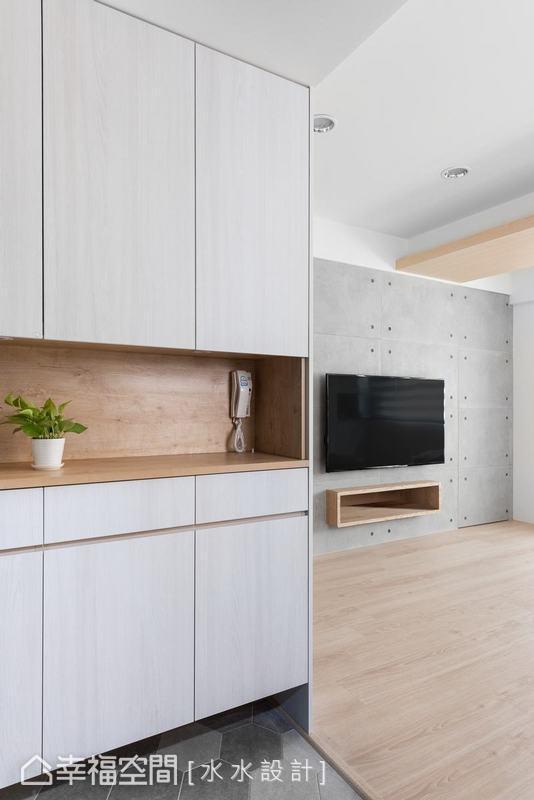 純白與淡色木頭所搭配成的玄關收納櫃,流露著北歐風格一貫的雋雅清新意象,進家門瞬間倍覺溫馨。