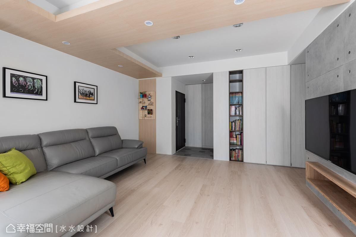 謝子承設計師考量屋主家中有兩位幼齡孩子,於是將客廳做出大量留白,提供孩子充裕的遊戲和活動空間。