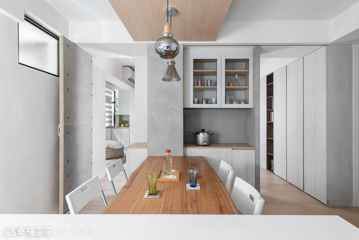 延續著客廳區的白色皮層以及木頭與水泥語彙,讓餐廳不僅清雅,也讓前後兩處分區有一體而造的統合感受。