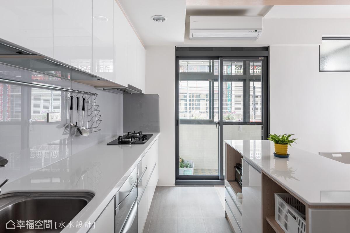 水水設計以純白系統廚具置入,不僅達成屋主美學所需,也讓坪數不大的場域因簡約顏色而顯出靜謐舒適的質感。