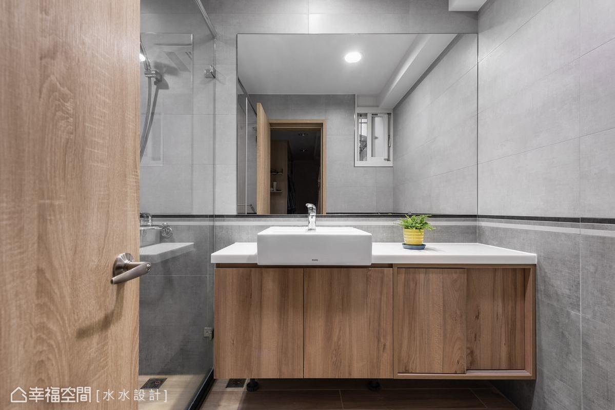 主臥衛浴秉承了一貫設計主軸。木質洗手檯在懸壁型態呈現下使厚重的櫃體輕盈化。