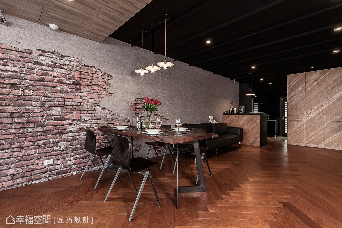設計師戴吉榮與蕭家宏鋪設仿紅磚及水泥的壁紙作為視覺主牆,除了易於清理之外,更增添工業風的原始況味。
