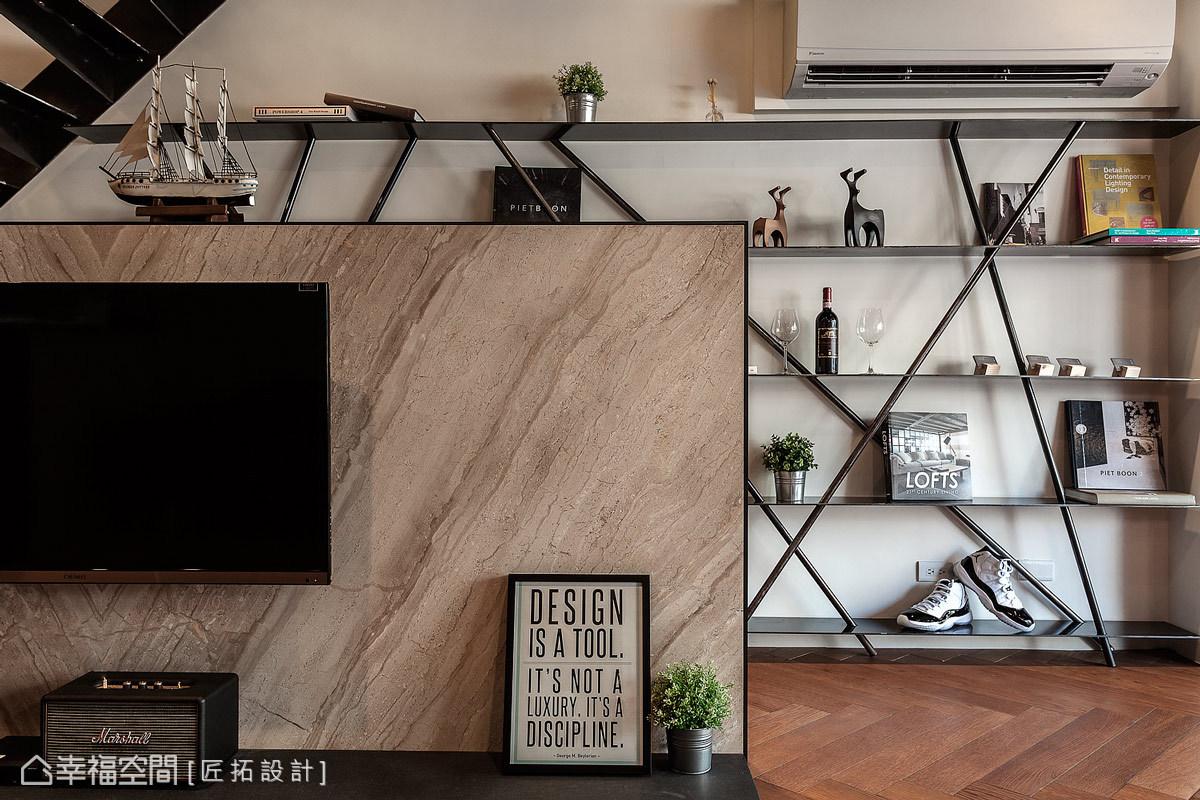 大理石電視矮牆,映襯由黑鐵線條所構組的展示櫃,在視覺上呈現豐富的設計面貌。