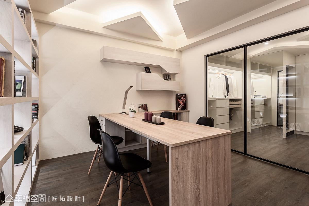 藉由穿透感的玻璃拉門設計,匠拓設計巧妙劃分書房及更衣室的場域屬性,也可以增加視覺景深及層次。