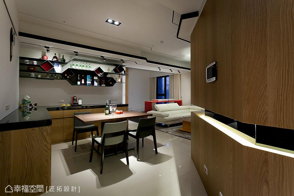 由外逐漸向內開闊的鞋櫃設計,引導著賓客的視覺與行走動線。