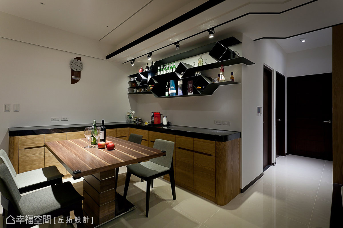 由鐵件所構組的餐廳展示櫃,以富含現代的造型,鮮明了場域的氛圍。