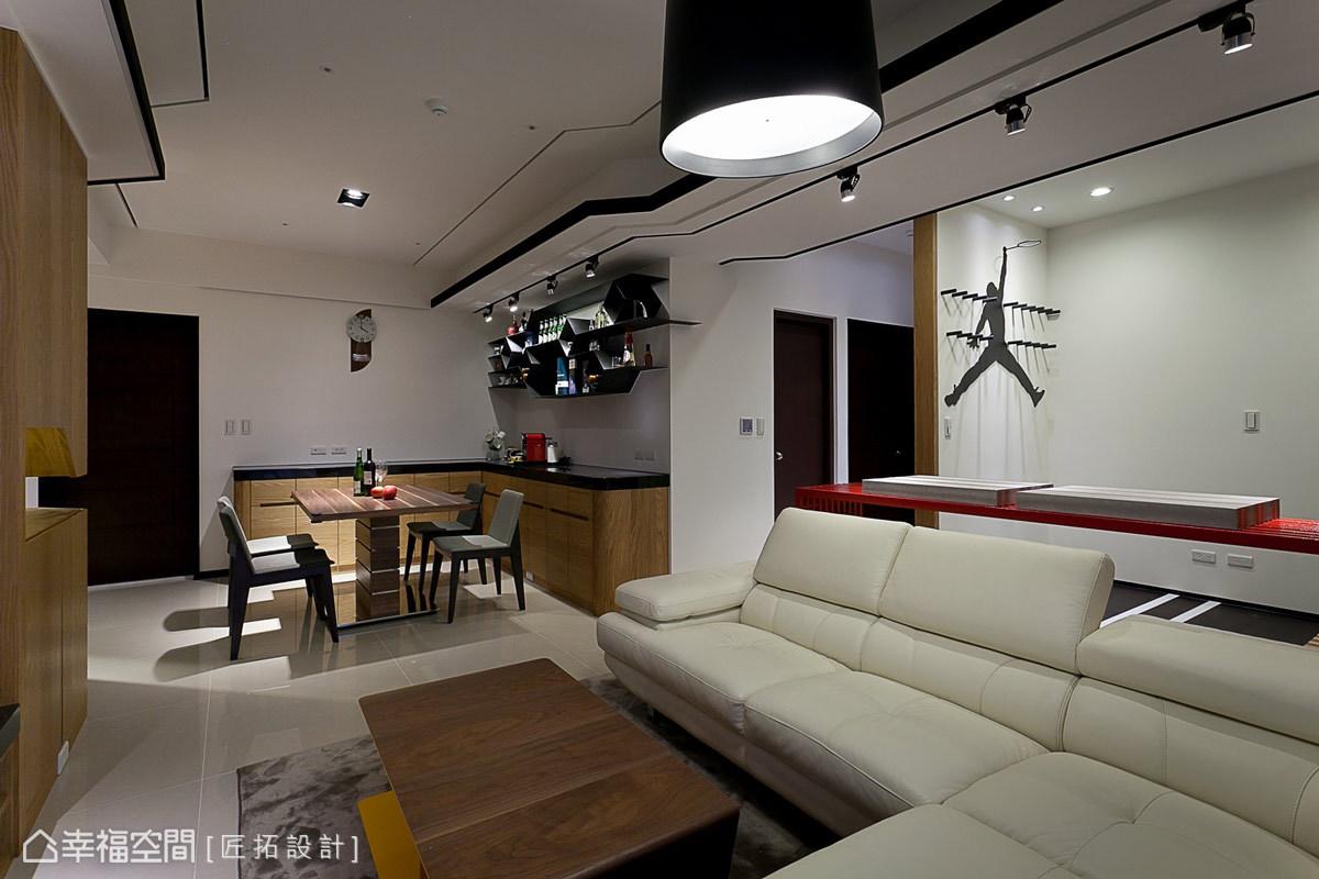餐廳、客廳與開放書房串聯為敞朗的公共場域,成為屋主一家幸福的角落。
