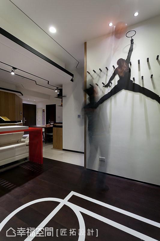 書房主牆設計了Jordan圖像,並於架高的地坪上畫出半場籃球線條,成為男主人的小小天地。