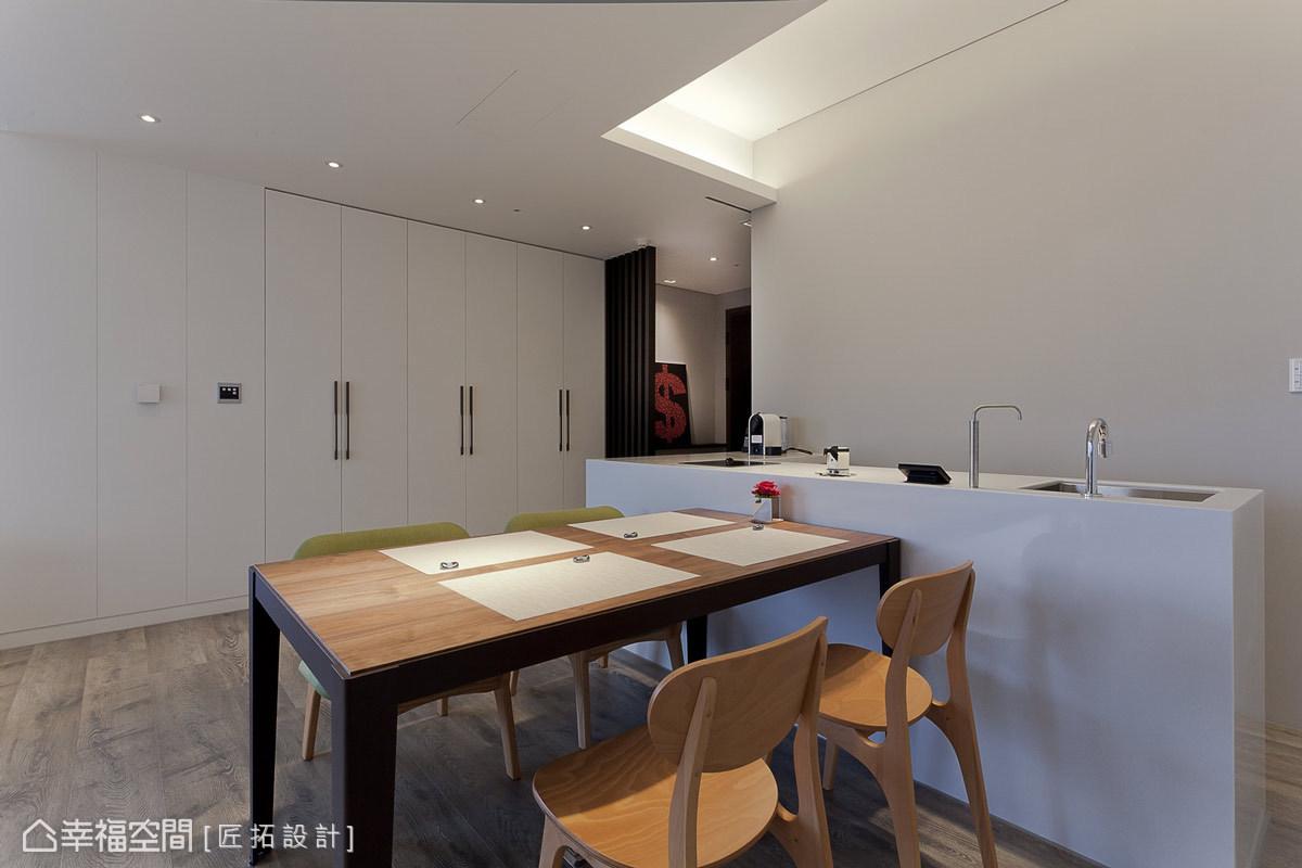 餐桌結合吧台功能,並設有流理台及電陶爐,符合小夫妻的生活所需。