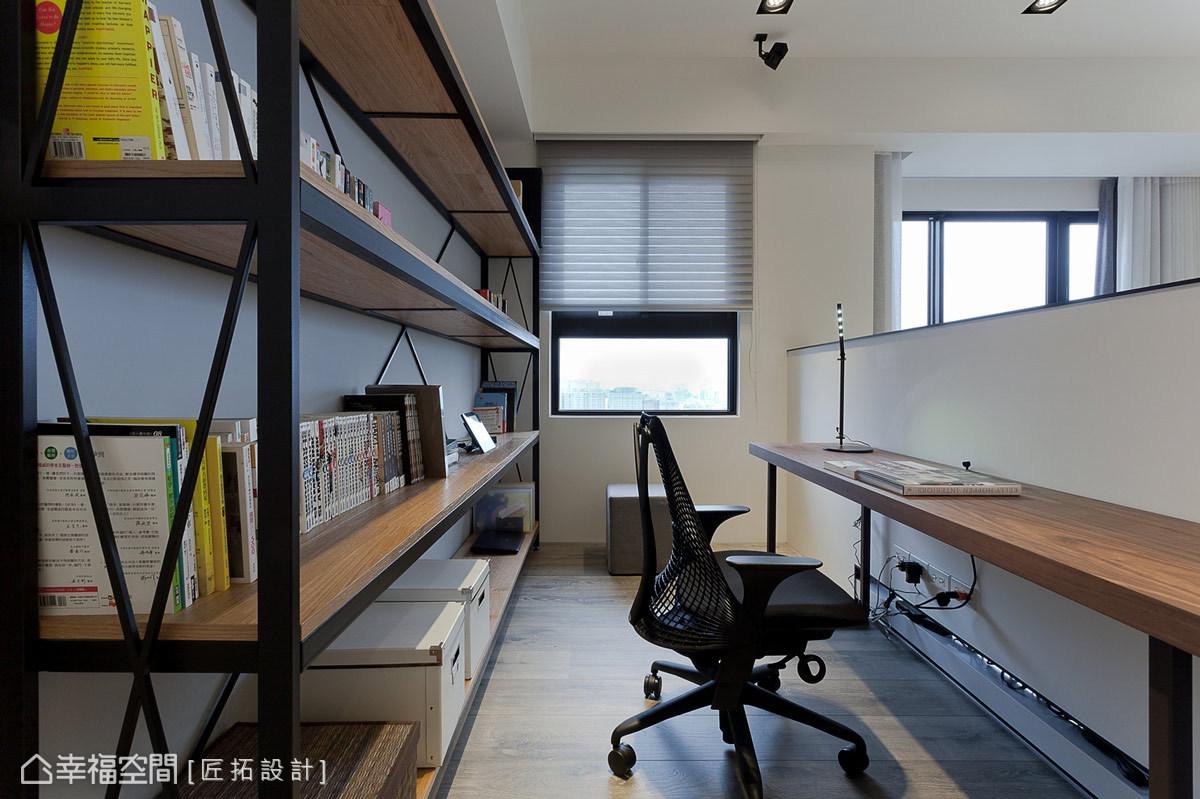 鐵件與木工構織出簡練的展示書架,突顯屋主的個性與獨特品味。