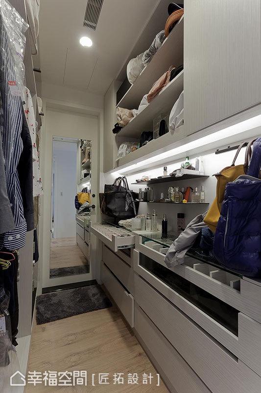 藉由燈光打造屋主有隱密的獨立空間,空間規劃已達到完整收納