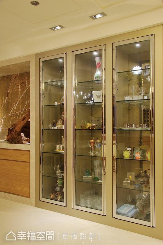 使用黃銅與電鍍作為展示櫃的框邊,讓場域擁有了極致奢華的靈魂。