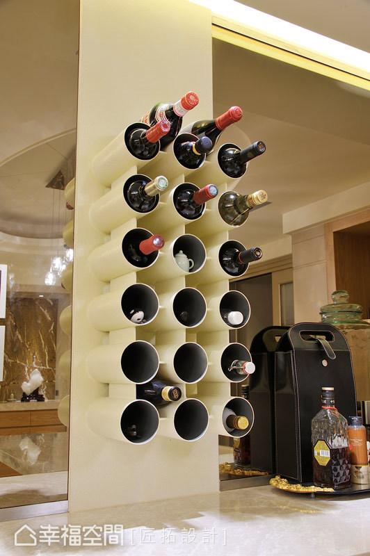 不同於一般紅酒櫃的制式框架,設計師戴吉榮與古宗民以黑鐵噴漆的支架,來增添趣味性。