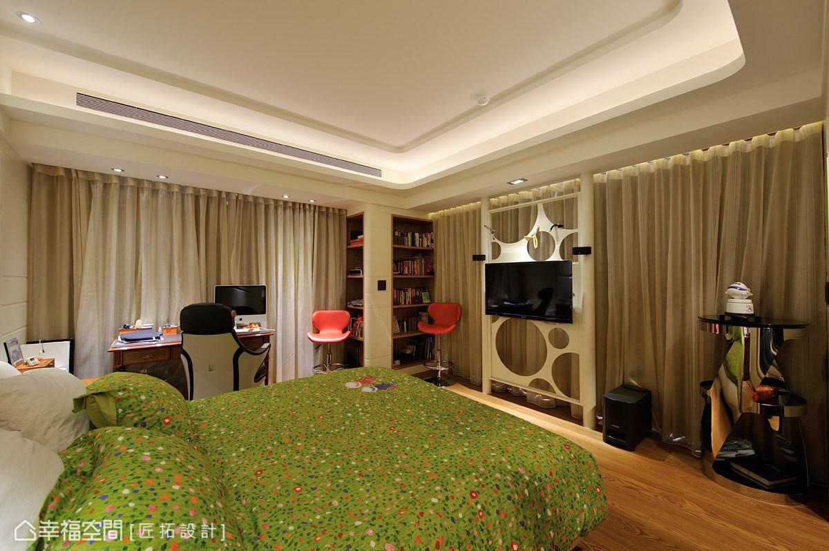 運用每一個空間,於角落處構置雙面書櫃;電視牆則使用鏤空的方式,保持與陽光的互通性。