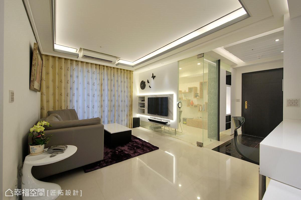 入門後,設計師戴吉榮與蕭家宏以地坪的質材及跳色,劃分玄關區與客廳區的功能屬性。