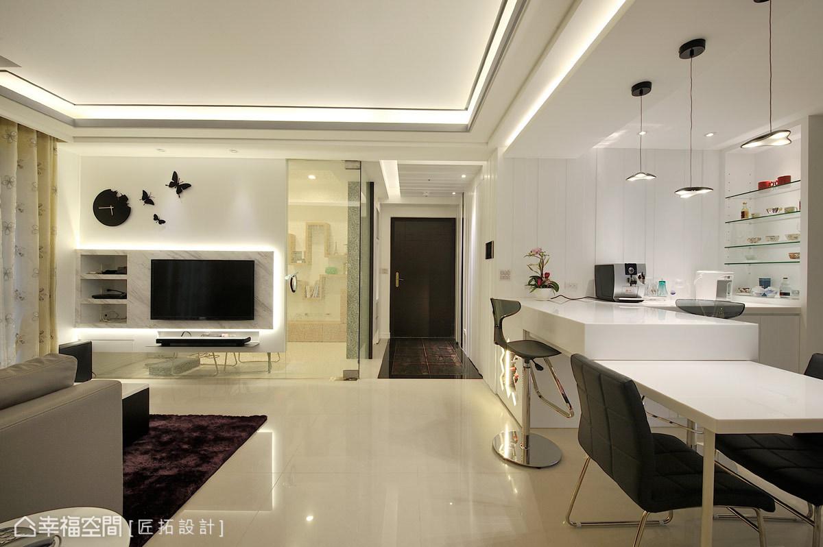 餐吧區以中島的形式串連客廳,檯面高低的錯落設計則多樣的使用需求。