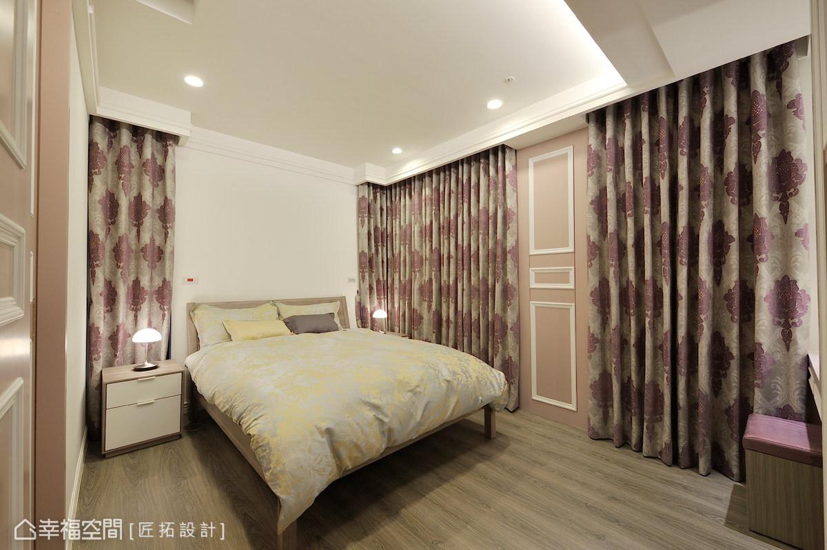 主臥房不同於公共空間的白淨感,運用線板造型牆面結合華美窗簾,擁抱美麗入夢。