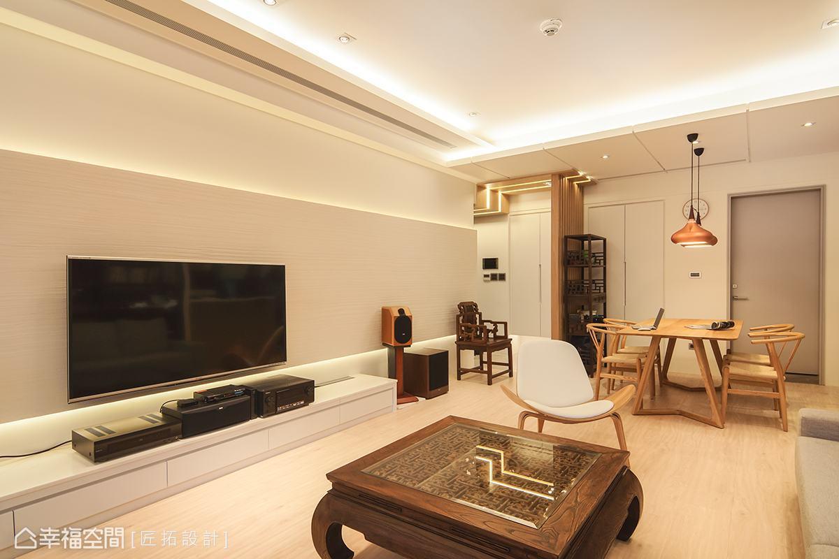 長型的電視主牆從陽台橫跨至玄關處,帶動視線隨之延展,讓空間有放大之效。