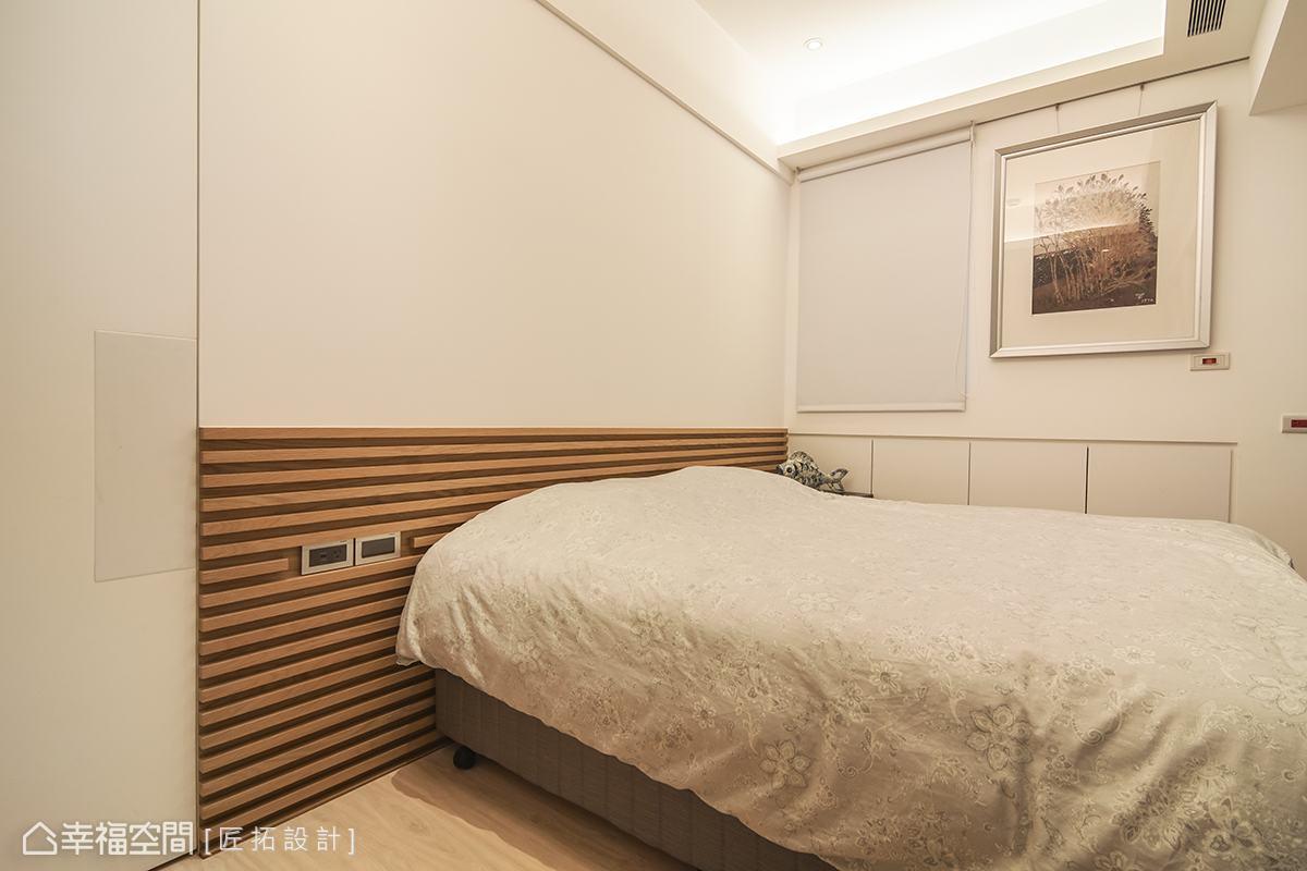 天花與壁面予以留白,搭佐木格柵與木地板提升空間暖度,營造乾淨、舒適的休憩氛圍。