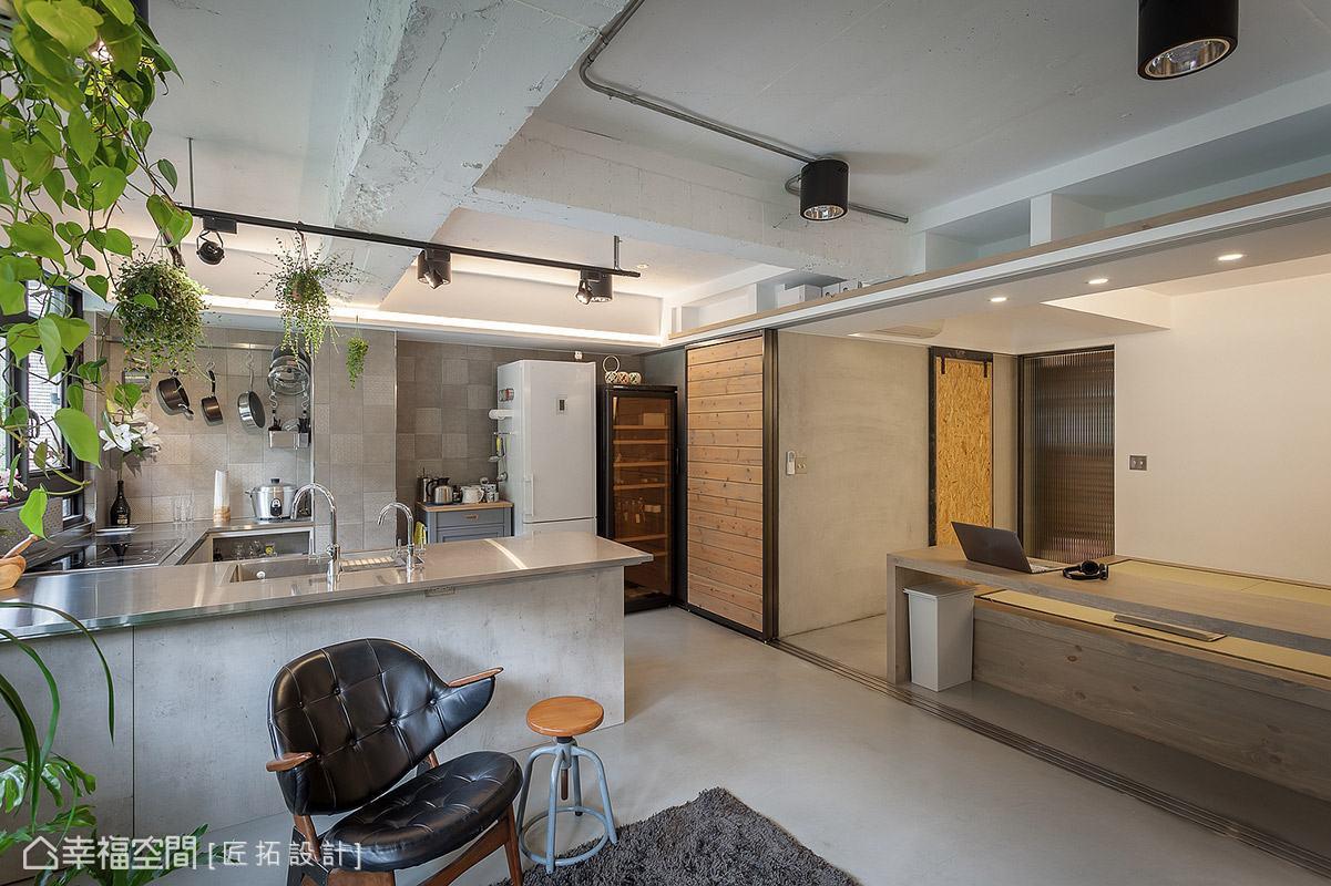 考量到空間坪數有限,藉由大面積拉門設計,將公、私領域完整串聯。