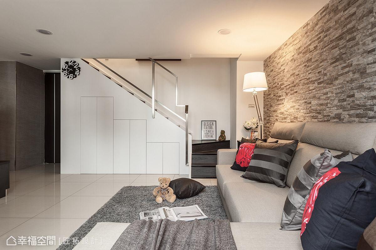 充分運用樓梯下方的畸零空間,創造豐富的收納機能,大大提升空間坪效。