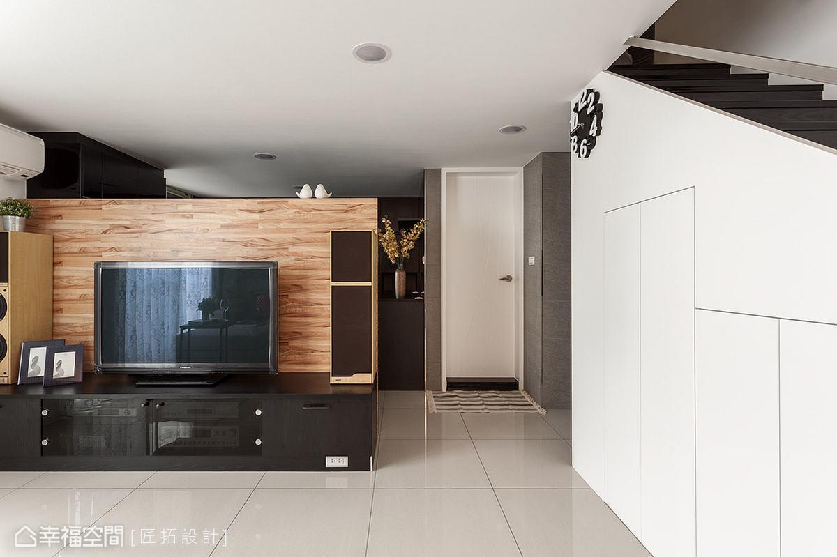 半高的電視主牆採用木皮拼接,擺上可愛的裝飾品,營造悠然閒適的生活步調。