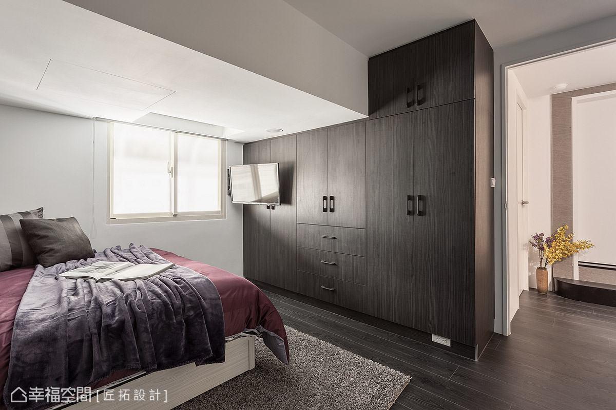 礙於空間條件有限,電視則以壁掛方式置於櫃體門片上,讓臥室也能享有視聽娛樂機能。