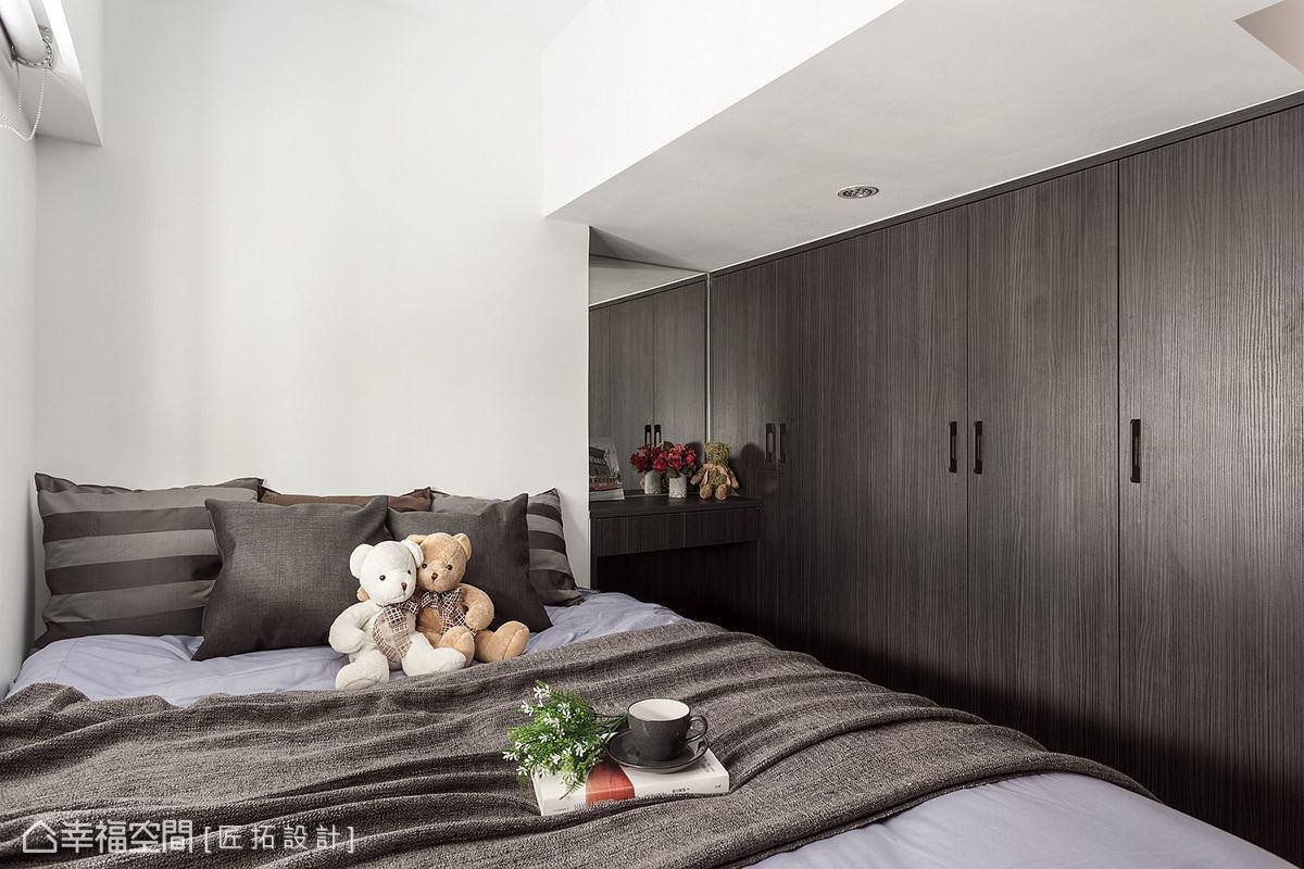 雖然臥室內設置滿滿的櫃體,但透過鏡面的反射,讓空間感達到延伸、放大的效果。
